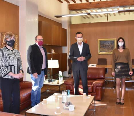 El Ayuntamiento de Elche intensificará la colaboración con la Asociación Española Contra el Cáncer para impulsar la investigación y mejorar la calidad de vida de los pacientes