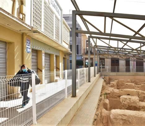 El Ayuntamiento pide permiso a Conselleria para cubrir lo antes posible los restos arqueológicos del entorno del Mercado
