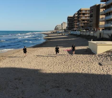La Policía Local reforzará este fin de semana la vigilancia en las playas de Elche para velar por el cumplimiento de las nuevas medidas de seguridad
