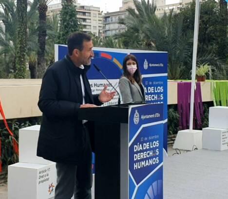 El Ayuntamiento de Elche rinde homenaje al personal sanitario en el Día de los Derechos Humanos