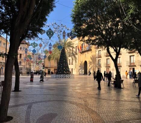 El Ayuntamiento cerrará la Plaça de Baix en Nochevieja para evitar posibles fiestas y aglomeraciones