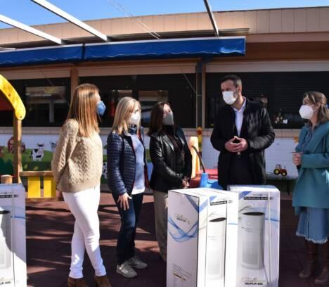 El Ayuntamiento entrega 35 purificadores que se suman a los 390 que la Generalitat ha repartido entre los centros docentes de Elche