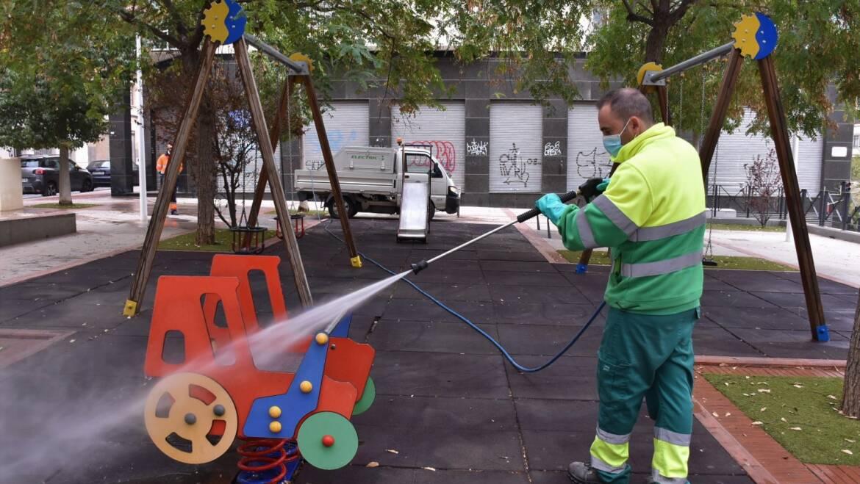 El Ayuntamiento comienza reabrir los juegos infantiles tras su limpieza