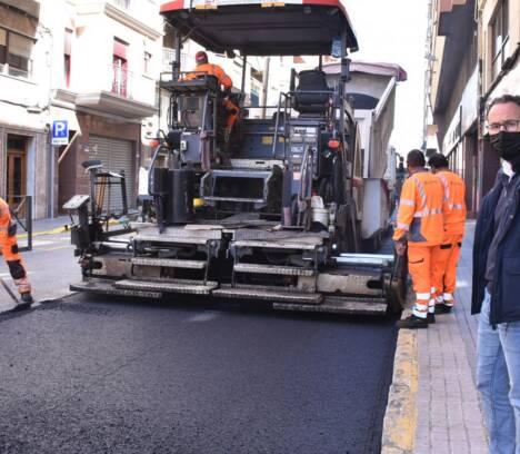 El Plan de Asfaltado del Ayuntamiento para mejorar la seguridad vial llega al centro del casco urbano