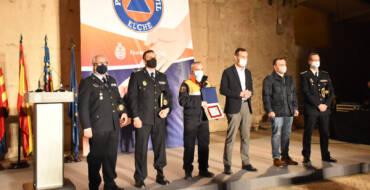 El Ayuntamiento de Elche rinde homenaje a los voluntarios de Protección Civil con un acto de reconocimiento a su labor