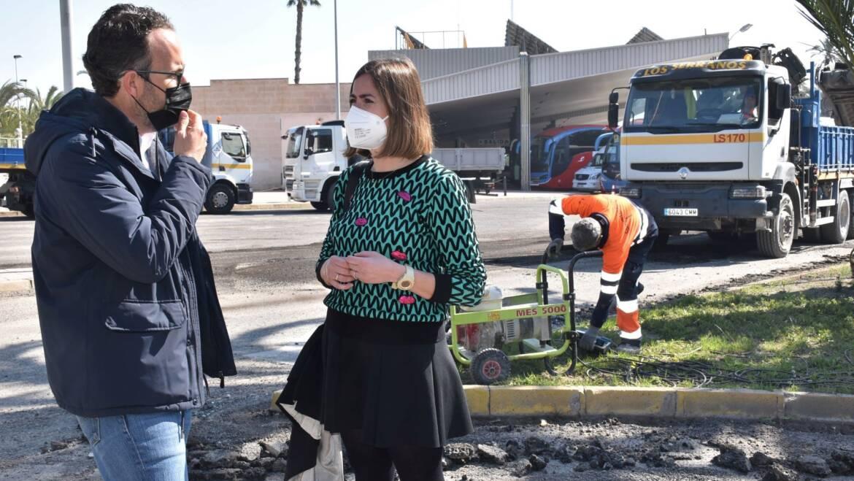 El Ayuntamiento renueva el asfaltado en los accesos de salida de la estación de autobuses de Elche para mejorar el servicio a los usuarios