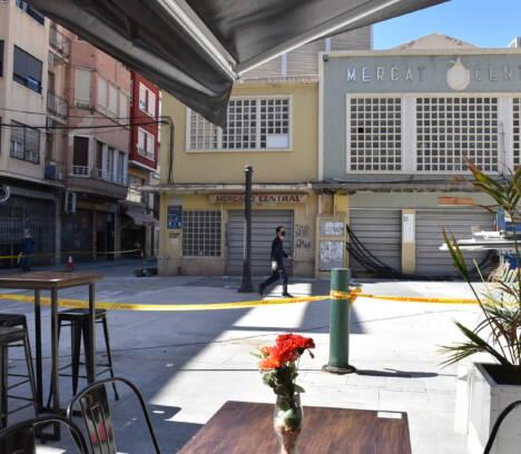 El entorno del Mercado Central estará a punto para su normal funcionamiento la próxima semana tras el ajardinamiento y la reposición del mobiliario urbano