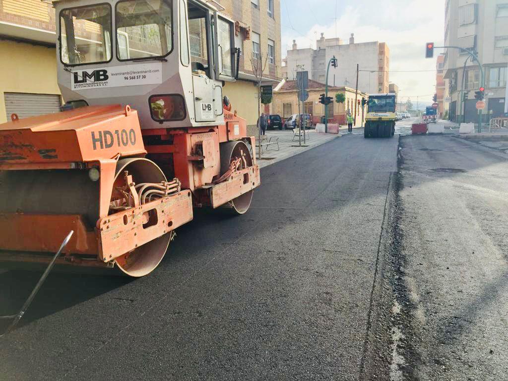 Los trabajos de asfaltado se suman a los de renovación de aceras en las calles de Torrellano