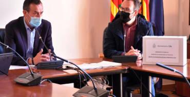 L'alcalde d'Elx posa sobre la taula tots els expedients de la licitació del col·legi Verge de la Llum per a demostrar que el procés ha sigut net i transparent