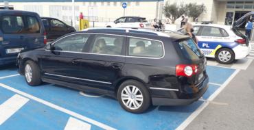La Policía Local de Elche investiga el uso fraudulento de aparcamientos para discapacitados e interviene una tarjeta falsa