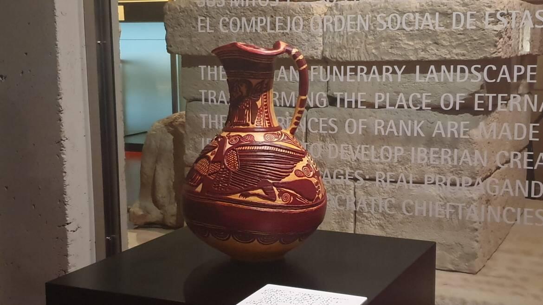 El MAHE cede de forma temporal una jarra de cerámica íbera a la Fundación Botín para una exposición internacional sobre Picasso