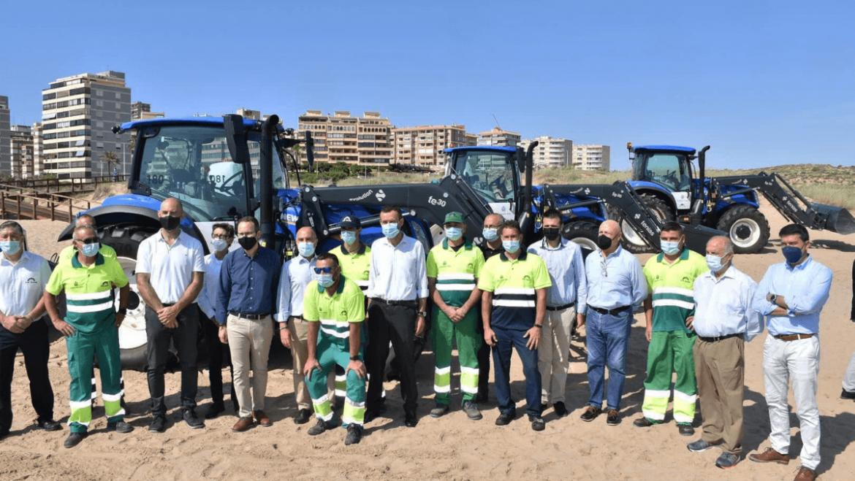 Elche refuerza los servicios de mantenimiento y limpieza de sus playas con una maquinaria más moderna, eficiente y sostenible