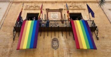 La concentració de la plaça de Baix amb motiu del Dia Internacional de l'Orgull LGTBI reivindica Elx com una ciutat diversa i inclusiva