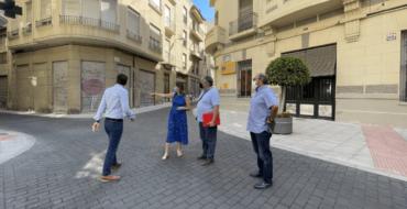 El Ayuntamiento de Elche finaliza la creación de plataformas únicas para dar prioridad a los peatones en el casco urbano