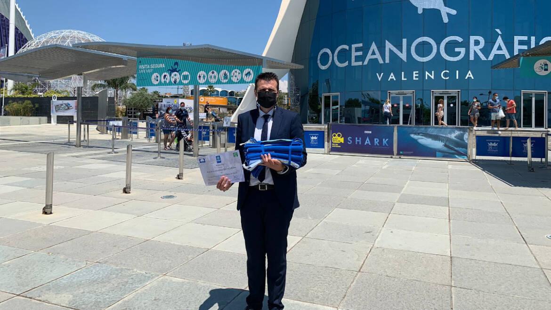 El regidor de Turisme recull a València les cinc banderes blaves que onejaran aquest estiu a les platges d'Elx