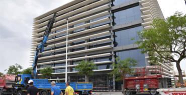 La direcció d'obres d'un dels edificis del Campus Tecnològic detecta problemes en unes làmines de la façana i decideix retirar-les totes