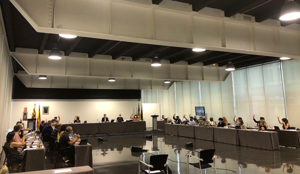 El Pleno aprueba por unanimidad exigir al Gobierno el arreglo del firme en varios tramos de la autovía A7 y rebajar el IVA a las peluquerías