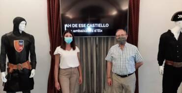 Una exposición muestra en  La Calahorra trajes de distintos embajadores, documentos y arcabuces ornamentados de Moros y Cristianos