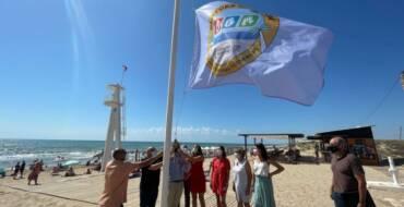 La bandera 'Platges sense fum' ya ondea en las playas de Elche para concienciar sobre los efectos nocivos del tabaco