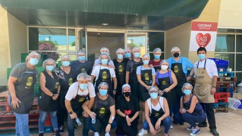 Reparto de comida solidaria en el Comedor Social de los Palmerales
