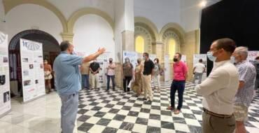 """El alcalde destaca la importancia de trasladar la exposición """"la historia y cultura del Pueblo Gitano"""" a los centros educativos para romper con los estereotipos"""