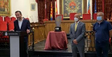El Salón de Plenos del Ayuntamiento acoge la presentación del trofeo Festa d'Elx en su 60 edición