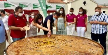 Las fiestas muestran su cara más solidaria con el reparto de 1.200 raciones de arroz con costra a personas en situación de vulnerabilidad