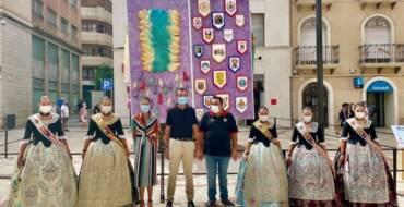 La Plaça de Baix acoge un monumento festero con forma de cubo en el que se representan los actos más simbólicos de las fiestas patronales