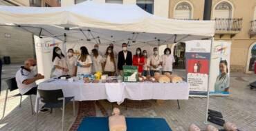 La Plaça de Baix acoge la jornada promovida por la concejalía de Sanidad para enseñar a salvar vidas con reanimación cardiopulmonar y uso del desfibrilador