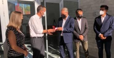 L'alcalde entrega les claus de l'edifici d'Altabix al rector de la UMHE per a convertir-lo en una residència d'estudiants