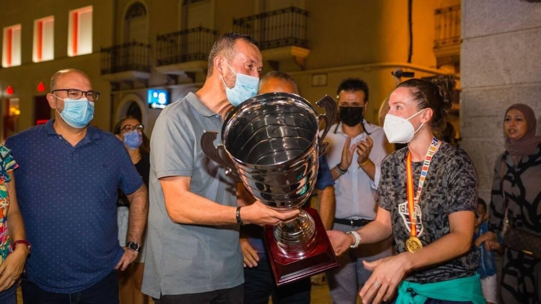 El alcalde felicita a las jugadoras del Club Balonmano Elche tras proclamarse campeonas de España en la final de la Supercopa femenina