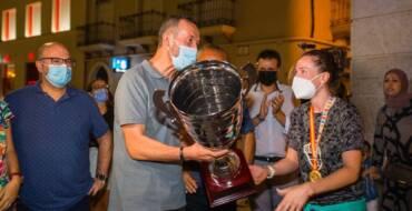 L'alcalde felicita les jugadores del Club Handbol Elx després de proclamar-se campiones d'Espanya en la final de la Supercopa femenina