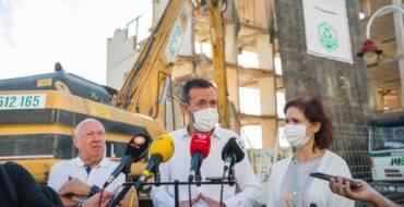 """El alcalde califica como """"un acontecimiento histórico"""" el inicio del derribo del Hotel de Arenales del Sol"""