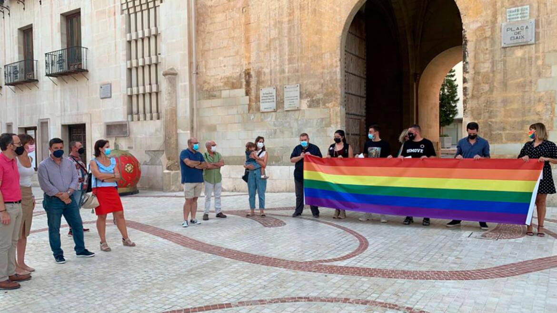 El rechazo a la LGTBIfobia vuelve a concentrar a la ciudadanía en la Plaça de Baix