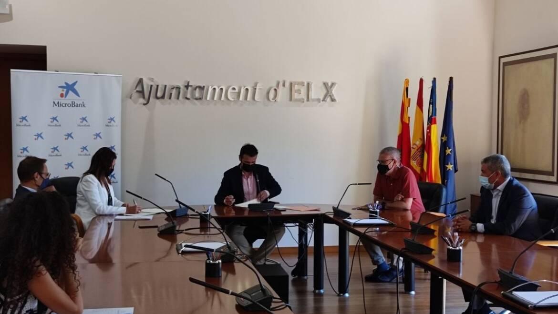 El Ayuntamiento de Elche y MicroBank firman un convenio de colaboración para incentivar el autoempleo y la actividad emprendedora por valor de un millón de euros