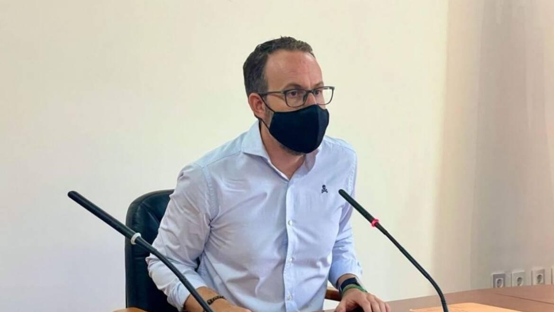 La Junta de Gobierno de Elche acuerda suspender la tasa de mesas y sillas durante seis meses y congelar los impuestos