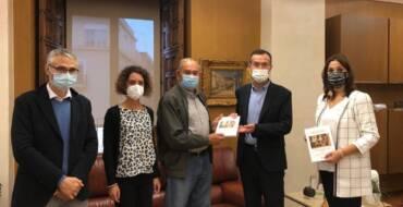 L'equip de Projecte Puçol entrega a l'alcalde el seu nou llibre sobre les bones pràctiques en la gestió del patrimoni